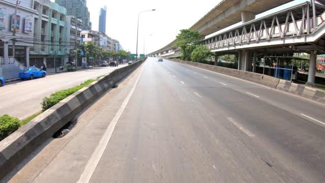 vídeos de stock, filmes e b-roll de 4 k hyperlapse do tráfego em movimento na krung thon buri transporte de estrada, banguecoque, tailândia, com o conceito de centro da cidade - característica arquitetônica