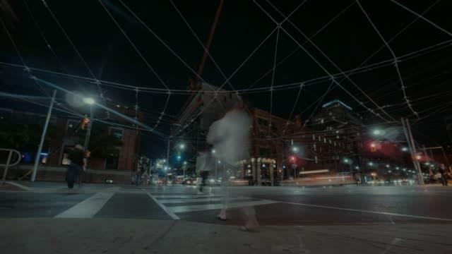 stockvideo's en b-roll-footage met hyperlapse op de hoek van bathurst en king street in toronto. - stadsweg