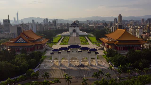台湾・台北中正区チェンカイシェク記念館のハイパーラプスまたはドローンラプス航空写真 - 政治点の映像素材/bロール