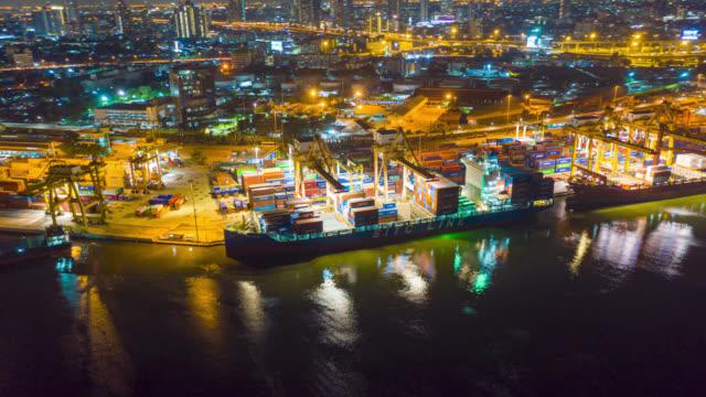 hyperlapse eller dronelapse flygvy över internationell hamn med kran lastcontainrar i import export affärslogistik. - chain studio bildbanksvideor och videomaterial från bakom kulisserna