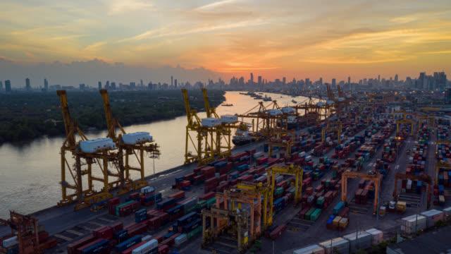 hyperlapse eller dronelapse flygbild över internationell hamn med crane lastning containrar i import export logistik. - chain studio bildbanksvideor och videomaterial från bakom kulisserna
