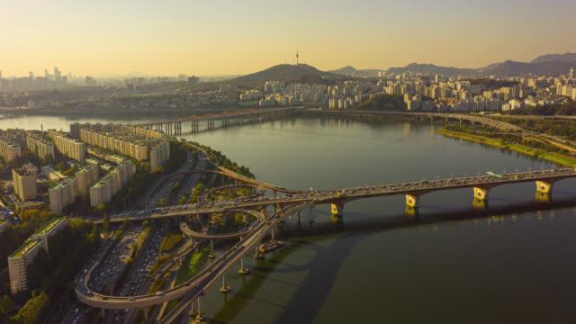hyperlapse veya dronelapse seul şehir siluetinin havadan görünümü seul şehrinde han nehri üzerinde araç ve köprü ile seul şehir silueti, güney kore. - güney kore stok videoları ve detay görüntü çekimi