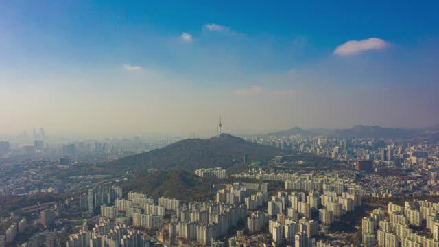 vídeos y material grabado en eventos de stock de hyperlapse o dronelapse vista aérea del horizonte de la ciudad de seúl con vehículo en la autopista y puente cruzan dole del río han en la ciudad de seúl, corea del sur. - n seoul tower