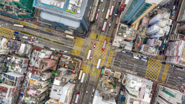 stockvideo's en b-roll-footage met hyperlapse of dronelapse luchtfoto van het verkeer van auto en overvolle ai sham shui po district in hong kong stad - hongkong