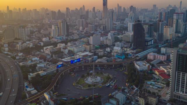 泰國曼谷市中心勝利紀念碑的超延遲或無人機日到夜的鳥瞰圖 - 亞洲中部 個影片檔及 b 捲影像