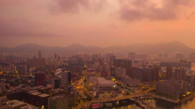 4k超空:九龍島城的日出大廈 -空中觀景摩天大樓,由香港城市無人機飛行,包括發展大樓、交通、能源基礎設施。亞洲金融和商務中心 - 航拍 個影片檔及 b 捲影像