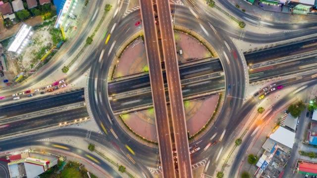 vidéos et rushes de hyperlapse vue de dessus rond-point d'échange d'une ville - rond point