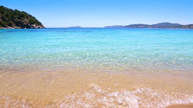 vídeos de stock e filmes b-roll de ibiza cala de sant vicent caleta de praia de água turquesa são vicenteemirates.kgm - ibiza