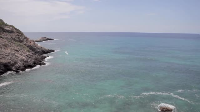 ibiza cliffs,  horizontal panning and panoramic views of an ibiza beach in summer - formaggio comté video stock e b–roll