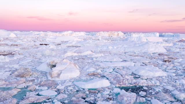 buzuldan buz ve buzdağları - inanılmaz arktik doğa manzara hava video - donmuş su stok videoları ve detay görüntü çekimi