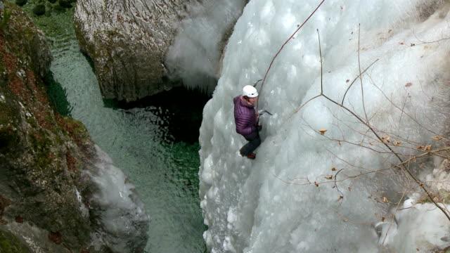 hd: eisklettern über dem canyon - eisklettern stock-videos und b-roll-filmmaterial