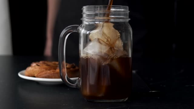 ice coffee in glass - сироп стоковые видео и кадры b-roll