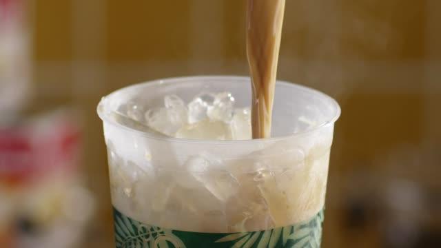 eis kaffee - milchkaffee stock-videos und b-roll-filmmaterial