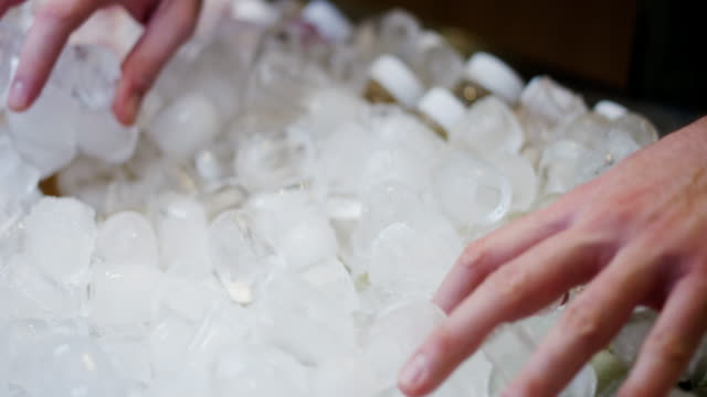 buz yuvası - küp buz stok videoları ve detay görüntü çekimi