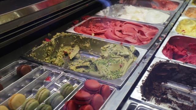 vídeos de stock, filmes e b-roll de variedade de sorvete na loja de rua. sorvete - italiana sobremesa gelada, deliciosos sorvetes com vários sabores de frutas. lanche refrescante de verão. espaço de tempo e cópia real. - gelato