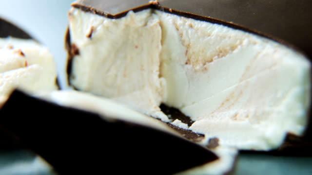 glass i choklad glasyr roterar runt axeln. närbild - tallrik uppätet bildbanksvideor och videomaterial från bakom kulisserna