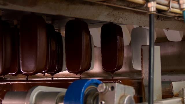ice cream in chocolate glaze. - decorazione per dolci video stock e b–roll