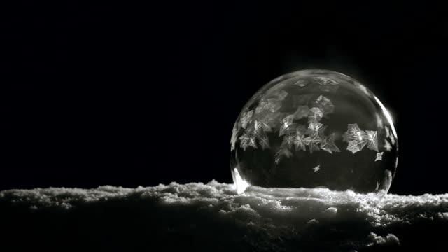 buz kristal donma yavaş - donmuş su stok videoları ve detay görüntü çekimi