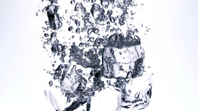 ice cube in water, slow motion - küp buz stok videoları ve detay görüntü çekimi