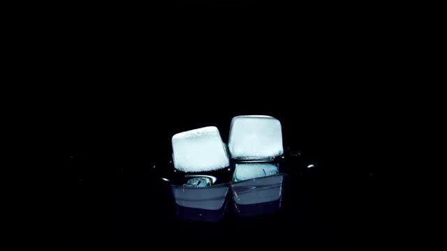 küp buz erime ve cam yüzey üzerinde hareket - küp buz stok videoları ve detay görüntü çekimi