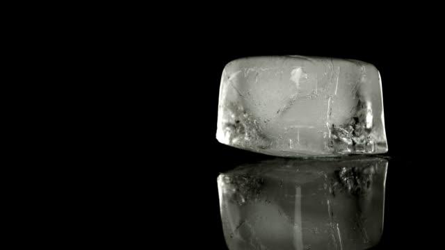 ice cube erime - küp buz stok videoları ve detay görüntü çekimi