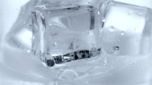 Cubos de gelo e água gaseificada. - vídeo