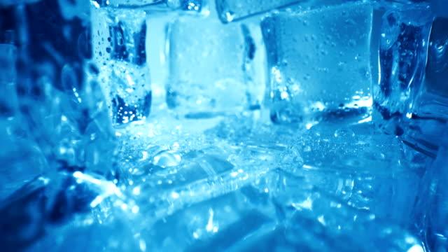 buz küpleri, soyut arka plan. - küp buz stok videoları ve detay görüntü çekimi