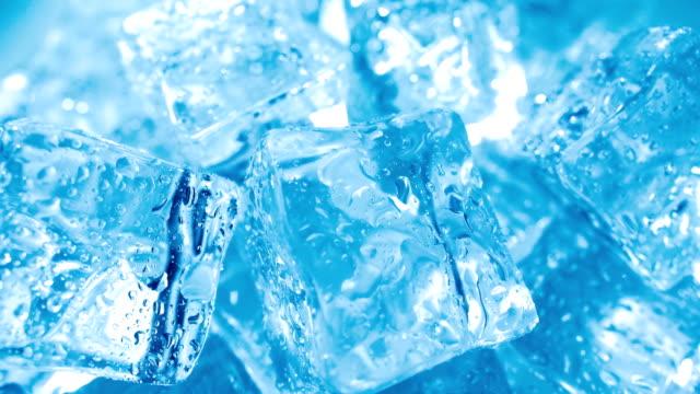 buz küpleri closeup, arka plan. - küp buz stok videoları ve detay görüntü çekimi