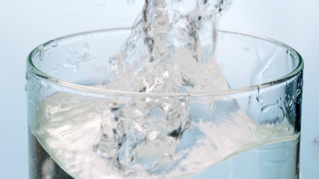 氷の水のガラスの中に落ちて - グラス点の映像素材/bロール