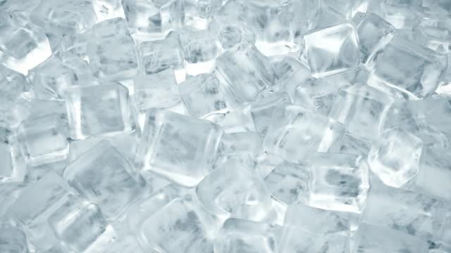 soğuk içecekler için buz küpleri. kristal berraklığındaki sudan buz küplerinin dönüşü. dikişsiz döngü 3d render - küp buz stok videoları ve detay görüntü çekimi
