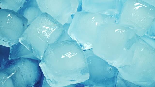 vídeos de stock, filmes e b-roll de cubos de gelo derretendo em lapso de tempo - gelo