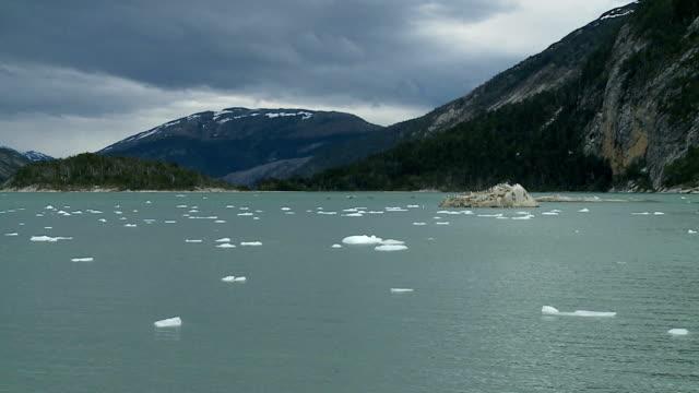 vidéos et rushes de glaces flottantes sur un fond de montagnes - nord