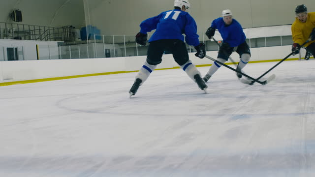 vidéos et rushes de joueur de hockey sur glace tombant à cause du bâton de l'adversaire - hockey sur glace