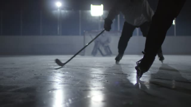 Ice Hockey Player Shooting Puck - vídeo