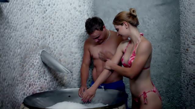 vídeos de stock, filmes e b-roll de hd stock: gelo na sauna - caminhada no gelo