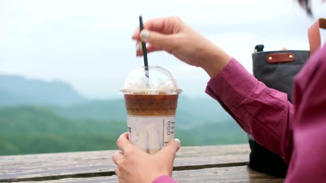 vídeos de stock e filmes b-roll de ice latte - café gelado