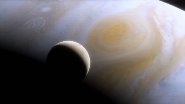 vídeos y material grabado en eventos de stock de luna de hielo europa en el fondo del gran planeta gaseoso júpiter. gran mancha roja en júpiter. animación cinematográfica de júpiter - la vía láctea