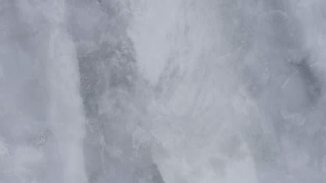 is på en stor flod - strömmande vatten bildbanksvideor och videomaterial från bakom kulisserna