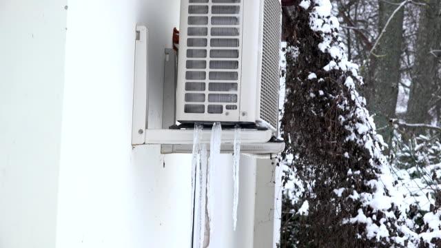 ice högen frysta under värmepumpssystem på husvägg i vinter. fullhd - värmepump bildbanksvideor och videomaterial från bakom kulisserna