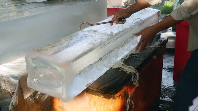 buz satıcı buz blokları kesme - döner lamalı testere stok videoları ve detay görüntü çekimi