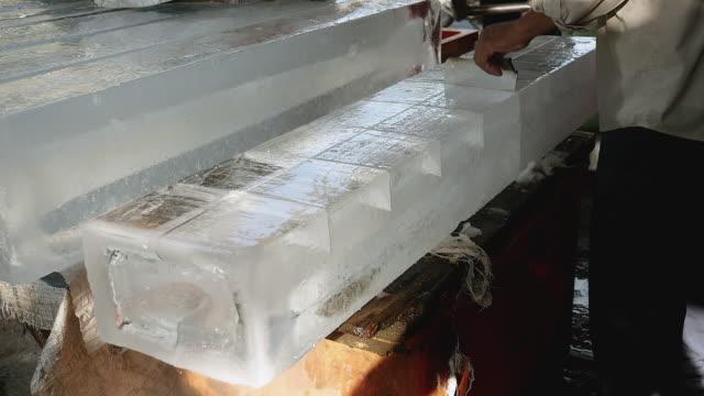 buz dışında daha büyük bir daire testere (yakın çekim) ile küçük blokları ön kesim buz satıcı - döner lamalı testere stok videoları ve detay görüntü çekimi