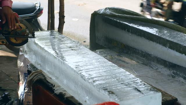 buz dışında daha büyük bir daire testere (portre) ile küçük blokları ön kesim buz satıcı - döner lamalı testere stok videoları ve detay görüntü çekimi