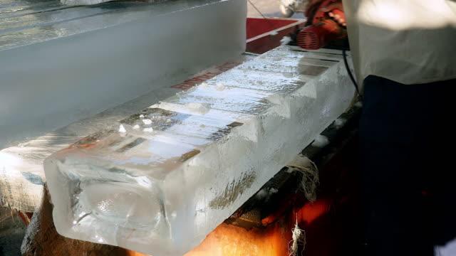 küçük dairesel testere ile buz bloklarını ön kesim buz satıcı - döner lamalı testere stok videoları ve detay görüntü çekimi