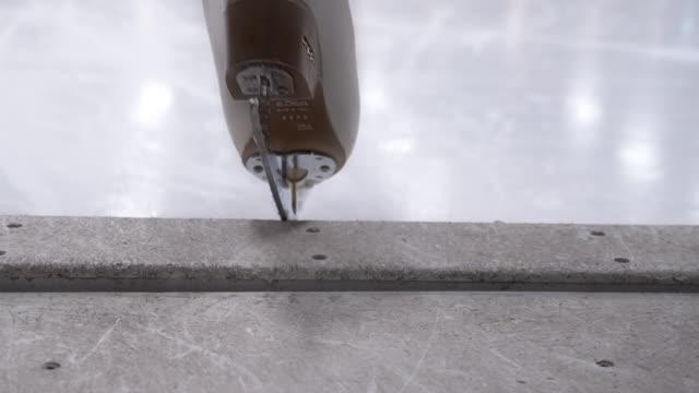 łyżwiarz w białych łyżwach wejście na lodowisko - łyżwa filmów i materiałów b-roll