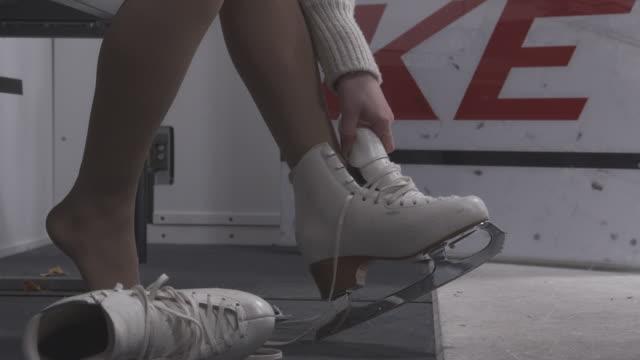 łyżwiarz wprowadzenie na białe łyżwy - łyżwa filmów i materiałów b-roll