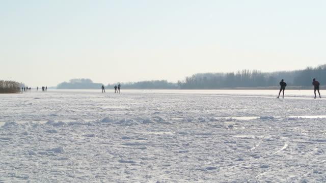 jazda na łyżwach na jezioro - łyżwa filmów i materiałów b-roll