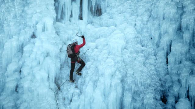 ice slope climber ascending - eisklettern stock-videos und b-roll-filmmaterial