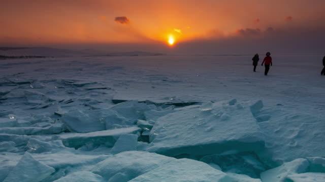 vídeos de stock e filmes b-roll de ice surface of baikal lake - lago baikal