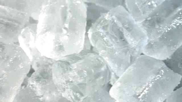 buz tüpü, dolly vurdu - küp buz stok videoları ve detay görüntü çekimi