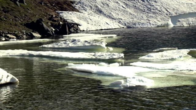 iceberg-ice water - ghiaccio galleggiante video stock e b–roll